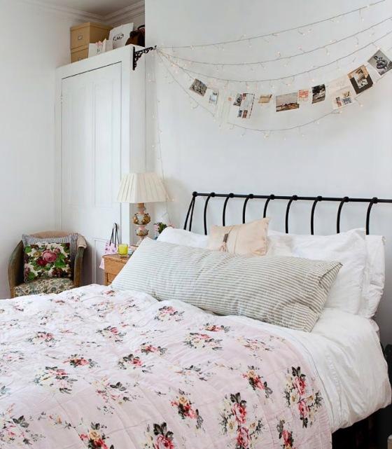 cama dormitorio cabecero con guirnaldas luces y fotos