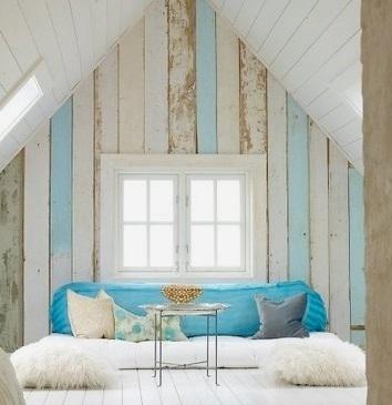 pared forrada con paneles madera decapada blanco y azul