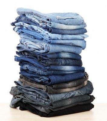 14906809-muchos-pantalones-vaqueros-apilados-en-un-monton-aislado-en-blanco